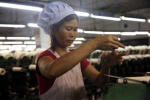 ベトナムの工場で働く女性